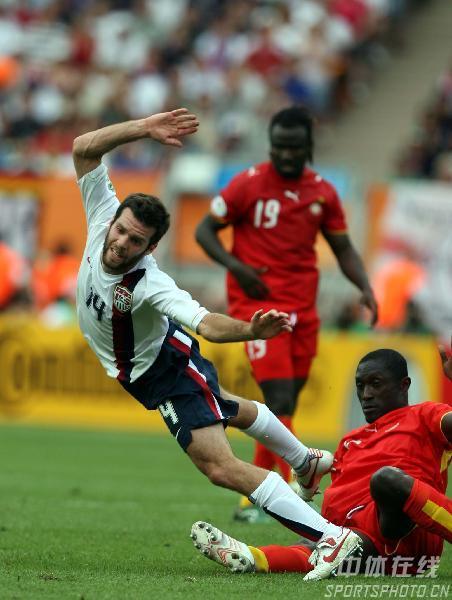 图文:加纳2-1美国 美国队奥尔森被对手放倒