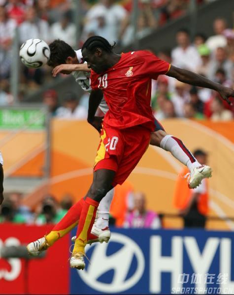 图文:加纳2-1美国 阿皮亚(右)与对手争顶
