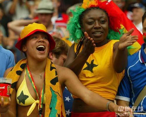 图文:加纳2-1美国 现场热情的加纳女球迷