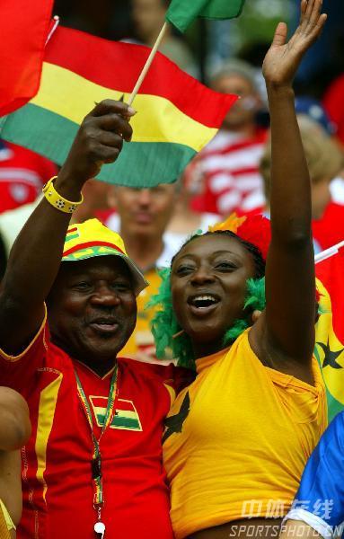 图文:加纳2-1美国 现场的加纳球迷