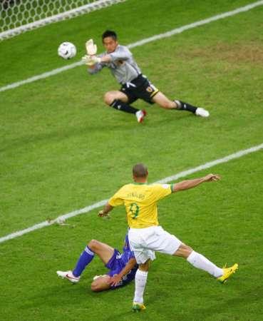 图文:日本VS巴西 罗纳尔多拔脚怒射