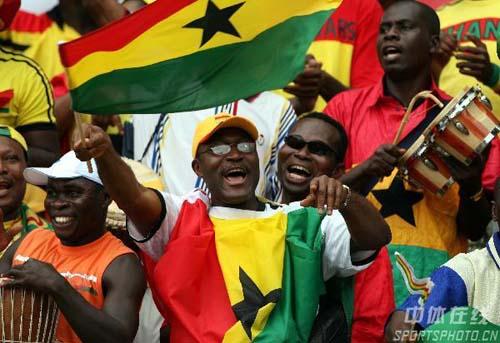 图文:加纳2-1美国 加纳球迷现场演唱助阵