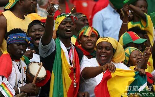 图文:加纳2-1美国 加纳球迷庆贺晋级
