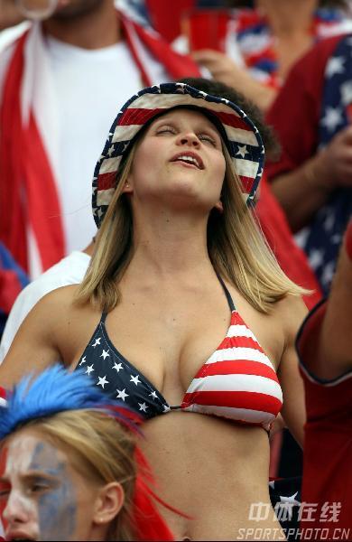 图文:加纳2-1美国 性感女球迷非常紧张