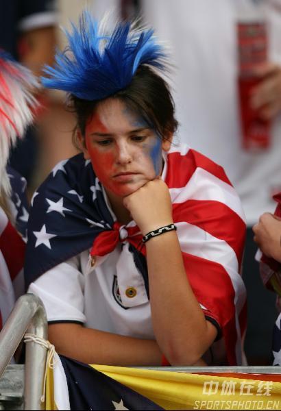 组图:加纳2-1美国 球迷对球队被淘汰失望