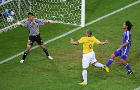 图文:日本VS巴西 罗纳尔多头球中的