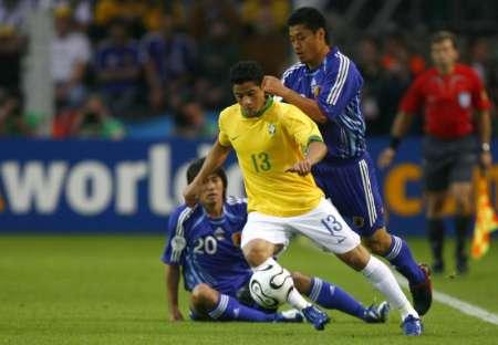 图文:日本VS巴西 巴西队员带球过人