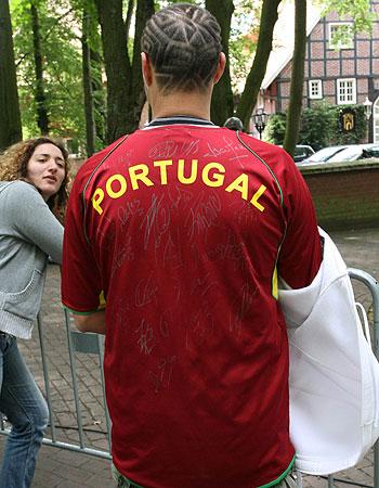 葡萄牙球员宠爱球迷 铁杆球迷全身都是队员签名