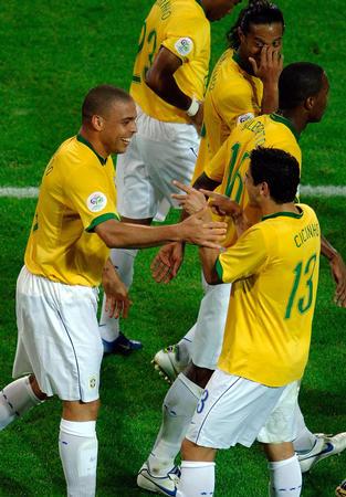 图文:日本1-4巴西 巴西队庆祝进球