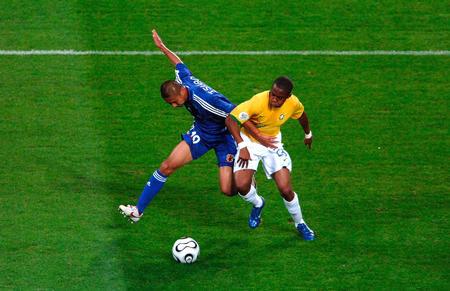 图文:日本1-4巴西 巴西球员与日本球员拼抢
