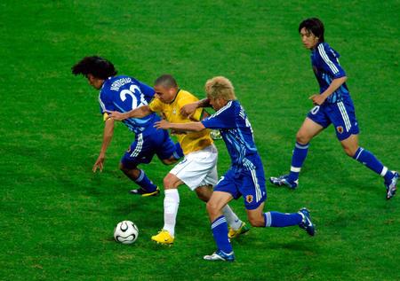 图文:日本1-4巴西 罗纳尔多带球突破