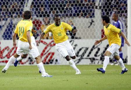 图文:日本1-4巴西 吉尔伯托破门后庆贺