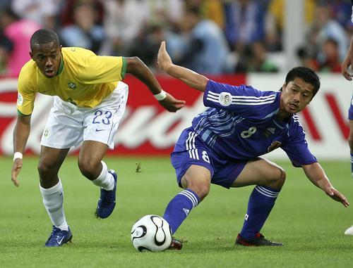 图文:日本1-4巴西 罗比尼奥快速追球