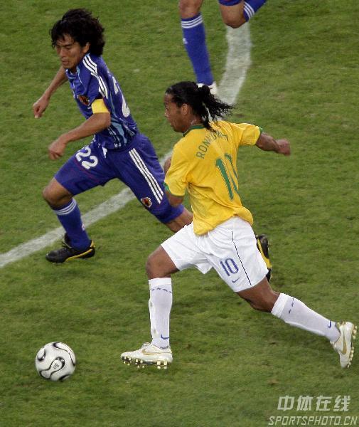 图文:日本1-4巴西 罗纳尔迪尼奥带球过人