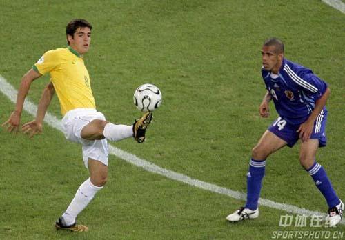 图文:日本1-4巴西 卡卡大秀脚上功夫