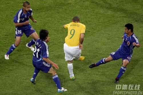 图文:日本1-4巴西 罗纳尔多妙传队友