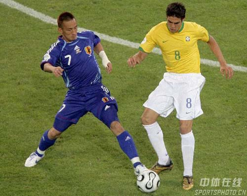 图文:日本1-4巴西 卡卡防守中田英寿突破