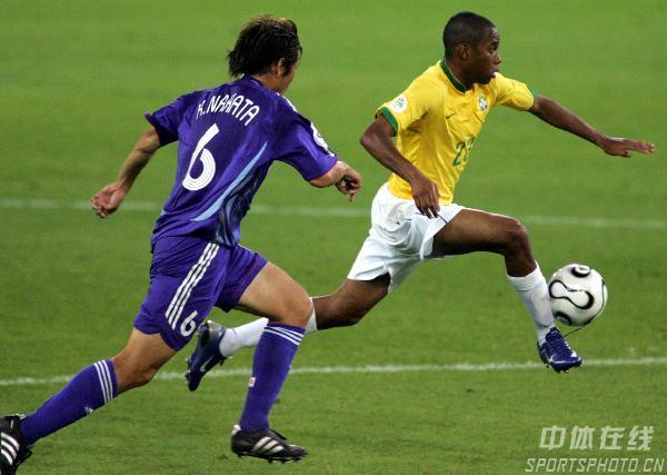 图文:日本1-4巴西 巴西队员带球疾进