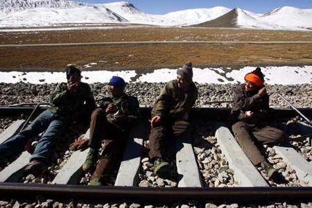 图文:青藏铁路养护工人在休息