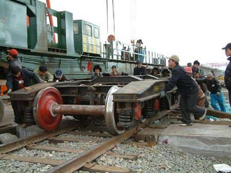 图文:青藏铁路工人在组装铺轨机