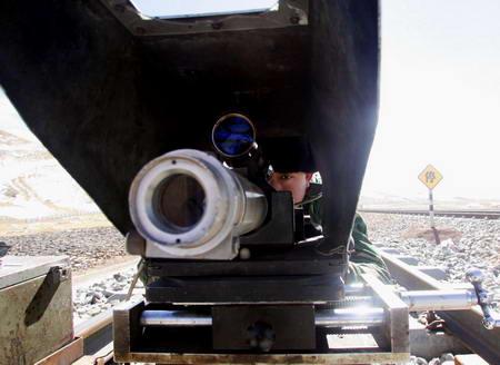 图文:青藏铁路养护队员在精心测量