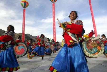 图文:藏族青年盛装跳起舞蹈欢庆青藏铁路修通