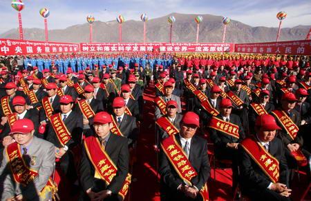 图文:拉萨火车站庆祝青藏铁路修通