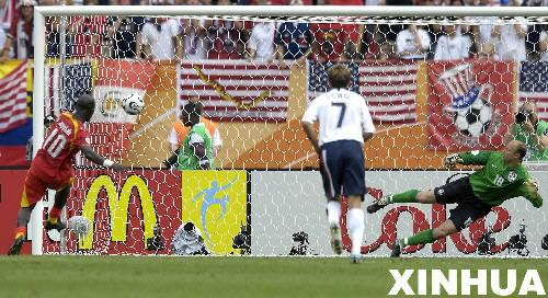 图文:加纳2:1美国 加纳队阿皮亚点球得分