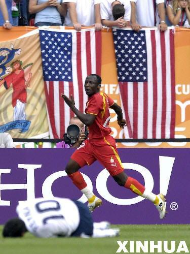 图文:加纳2:1美国 加纳队员进球后奔跑庆祝