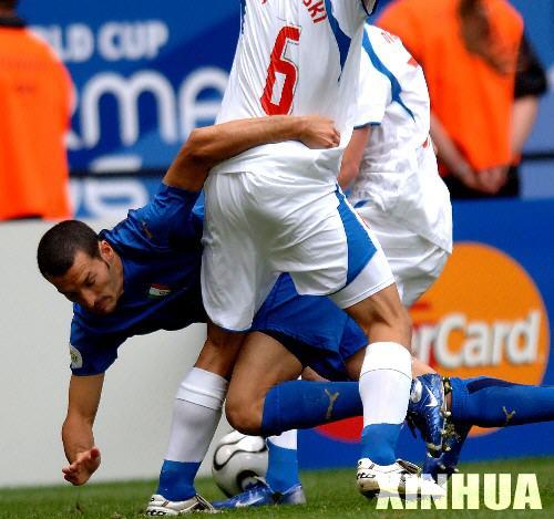 图文:意大利2-0捷克 赞布罗塔拼抢中倒地