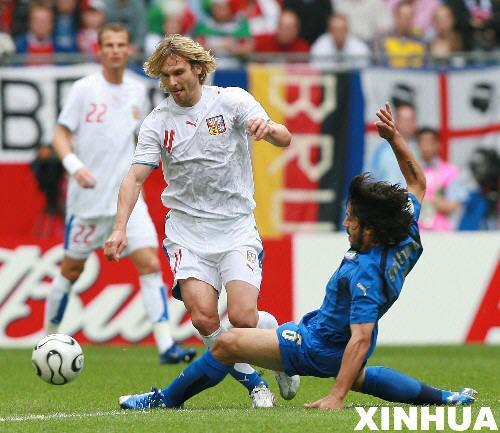 图文:意大利2-0捷克 内德维德突破防守