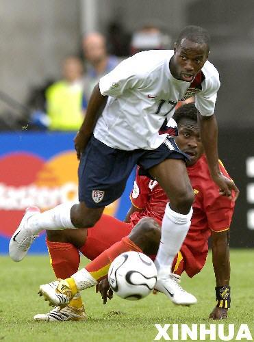 图文:加纳2-1美国 比斯利带球突破