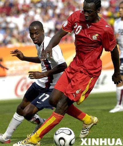 图文:加纳2-1美国 加纳队员带球进攻