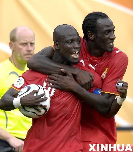 图文:加纳2-1美国 阿皮亚与队友庆祝获胜