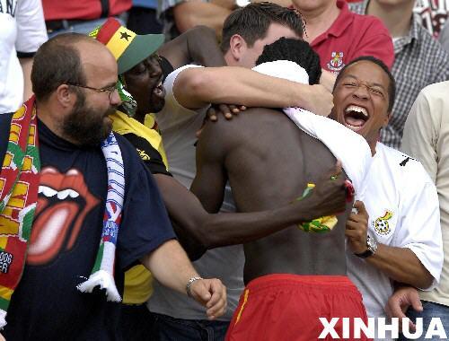图文:加纳2-1美国 加纳球员球迷欢庆胜利