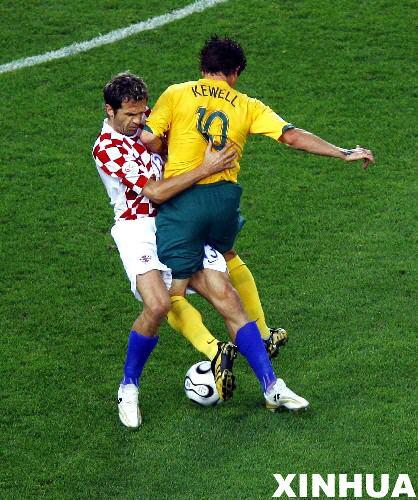 图文:克罗地亚2-2澳大利亚 球员激烈拼抢