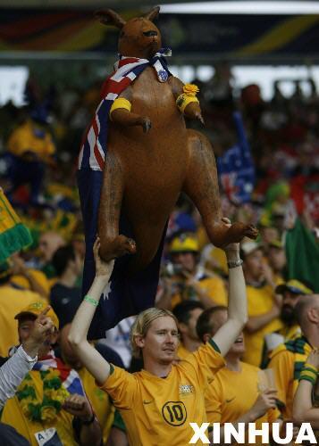 图文:克罗地亚2-2澳大利亚 球迷高举袋鼠助威