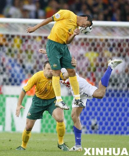 图文:克罗地亚2-2澳大利亚 卡西尔争抢头球