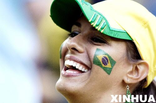 图文:日本1-4巴西 巴西球迷期待比赛开始