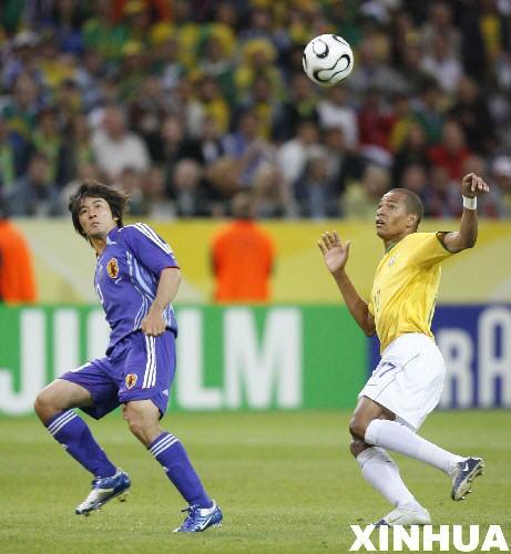 图文:日本1-4巴西 席尔瓦与玉田圭司拼抢
