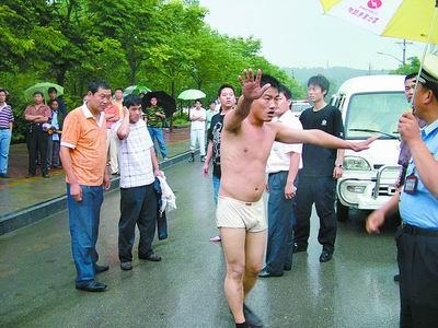 醉汉拦车被拒拎砖头砸司机 脱掉裤子骂警察