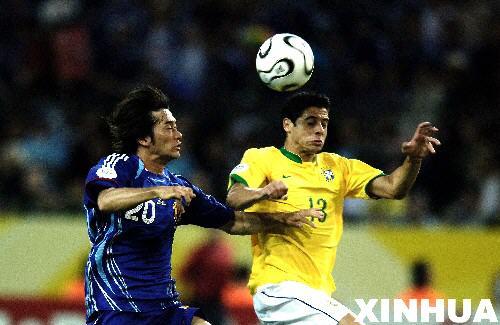 图文:日本1-4巴西 西西尼奥与玉田圭司争顶