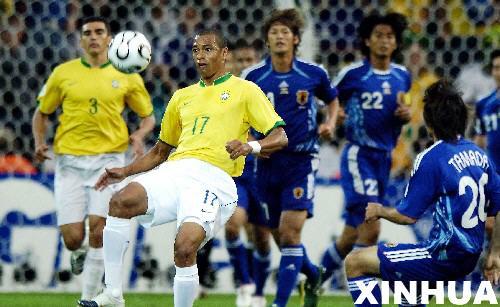 图文:日本1-4巴西 席尔瓦胸部停球
