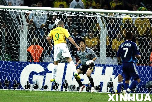 图文:日本1-4巴西 罗纳尔多进球瞬间