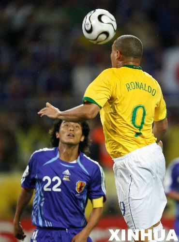 图文:日本1-4巴西 罗纳尔多头球破门瞬间
