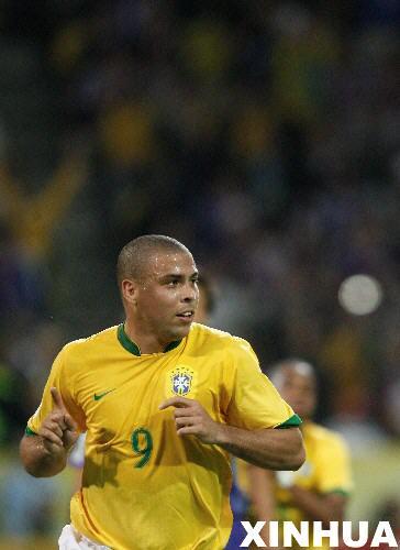 图文:日本1-4巴西 罗纳尔多进球后庆祝