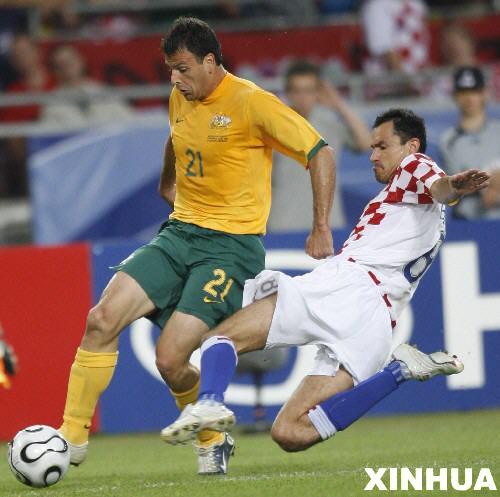 图文:克罗地亚2-2澳大利亚 双方队员拼抢