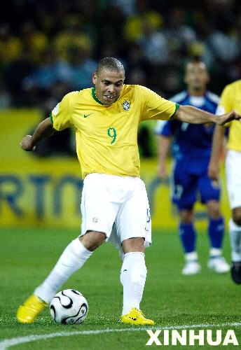 图文:日本1-4巴西 罗纳尔多在比赛中独中两球