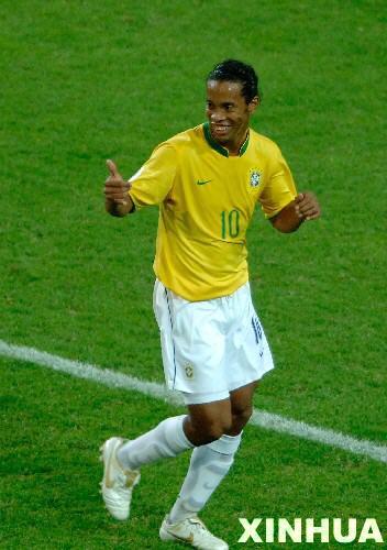 图文:日本1-4巴西 罗纳尔迪尼奥向队友示意