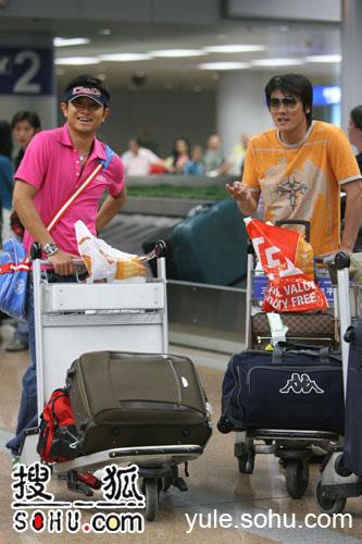 明星军团顺利回国机场花絮(17)